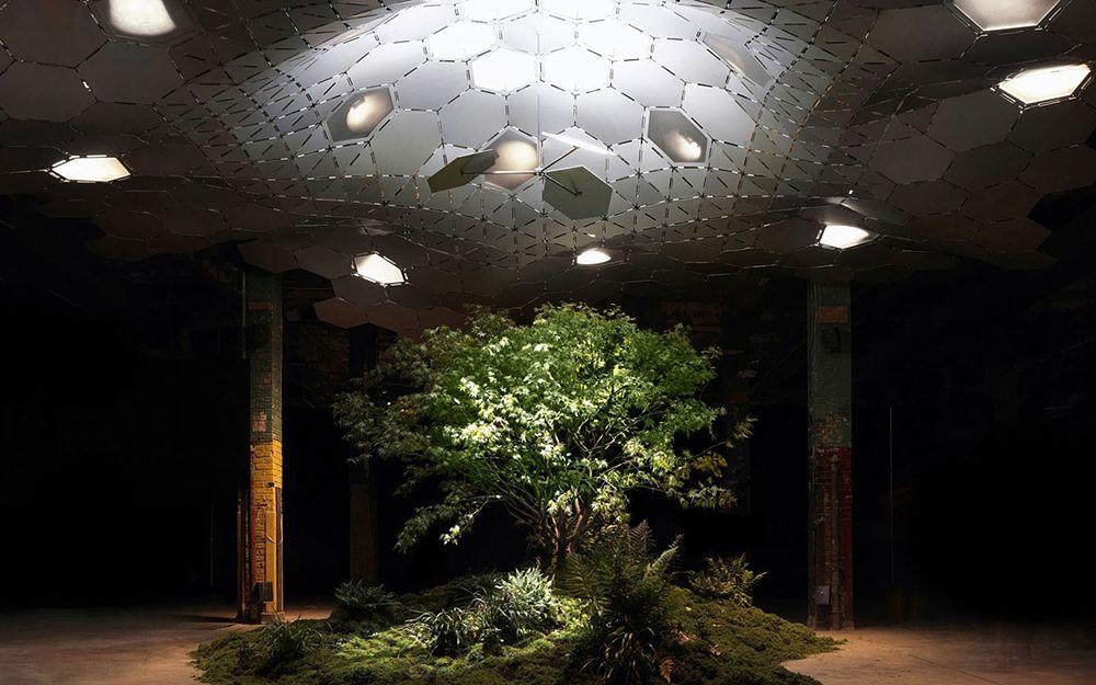 """Uno degli ambienti dell'area verde sotterranea illuminata con il sistema del ''remote skylight"""" - Ph. Raad Studio"""