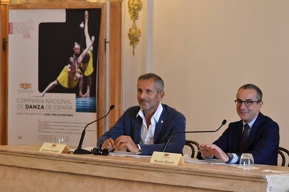 Puglia - Lo scrittore Gianrico Carofiglio (a sin.), Presidente della Fondazione Petruzzelli, e il M° Massimo Biscardi, Soprintendente del Teatro Petruzzelli - Ph. Carlo Cofano