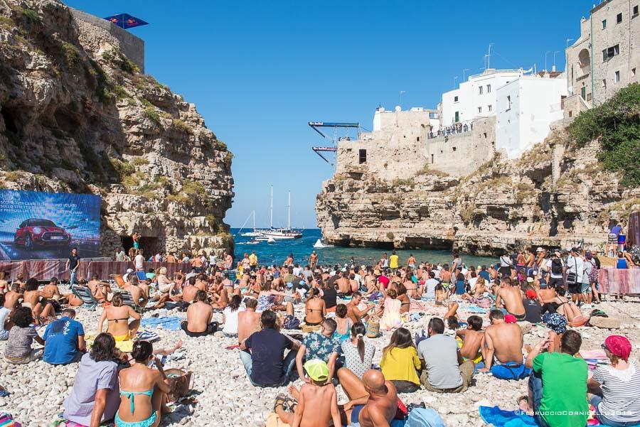 Polignano a Mare: il pubblico sulla spiaggia di Lama Monachile per assistere ai tuffi del Red Bull Cliff Diving World Series 2015 - Ph. © Ferruccio Cornicello