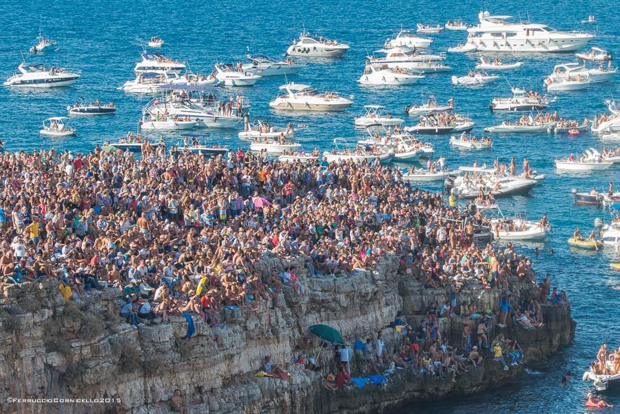 Il pubblico assiepato sulla scogliera di Polignano a Mare per assistere ai tuffi del Red Bull Cliff Diving World Series 2015 - Ph. © Ferruccio Cornicello