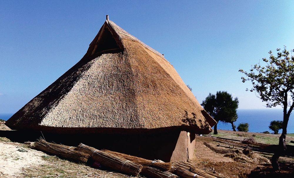 Calabria - Ricostruzione fedele di una capanna enotria nel Parco Archeologico di Broglio, Trebisacce (Cosenza)