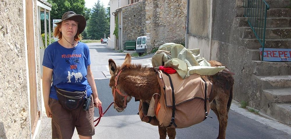 Diana Kennedy e il suo asino Gamin in viaggio dalla Francia al Salento. Obiettivo: raggiungere Maglie, paese natale di Aldo Moro