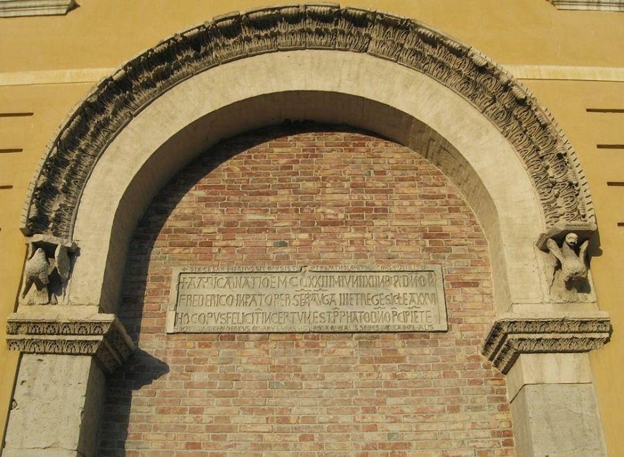 Arco e lapide del Palazzo Imperiale di Foggia, unici resti della residenza federiciana - Ph. Kurt Hannsen