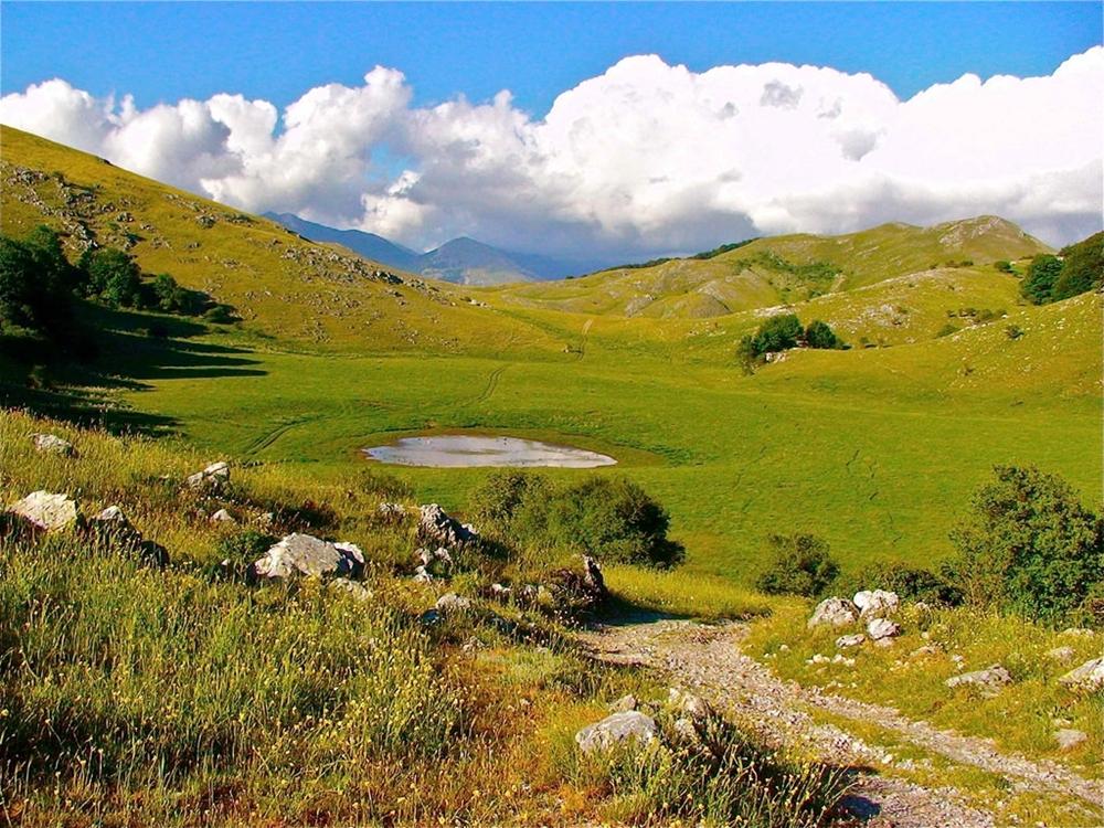 Calabria - Prateria e laghetto sul massiccio del Pollino - Ph. © Stefano Contin | Photo gallery a fondo pagina