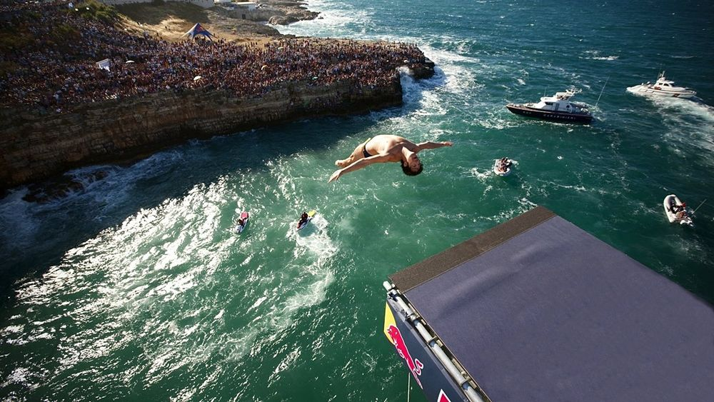 Puglia - Una spettacolare immagine dell'ultima Red Bull Cliff Diving World Series tenutasi a Polignano a Mare (Bari) nel 2010