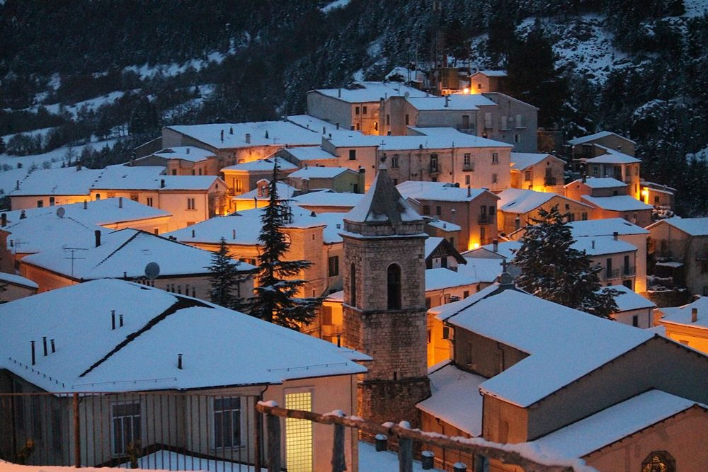 Carovilli (Is) - Borgo sotto la neve. In primo piano la Chiesa di S. Maria Assunta - Ph. Dgandrea05   CCBY-SA3.0