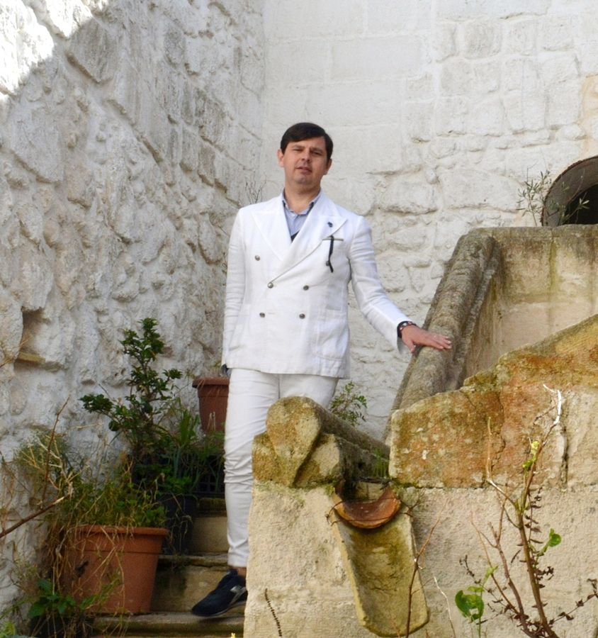 Il sarto Angelo Inglese, sullo scalone del suo palazzo storico di Ginosa (Taranto) - Ph. © Angela Capurso