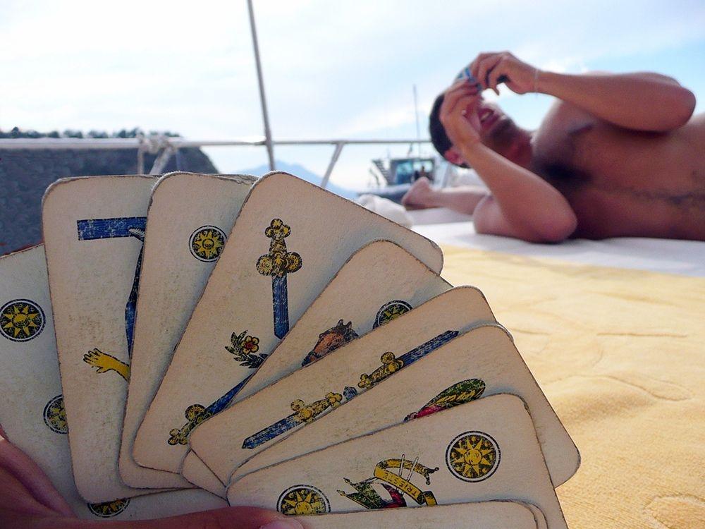 Campania - Gioco di carte in barca a Procida (Napoli) - Ph. Porfirio | CCBY2.0