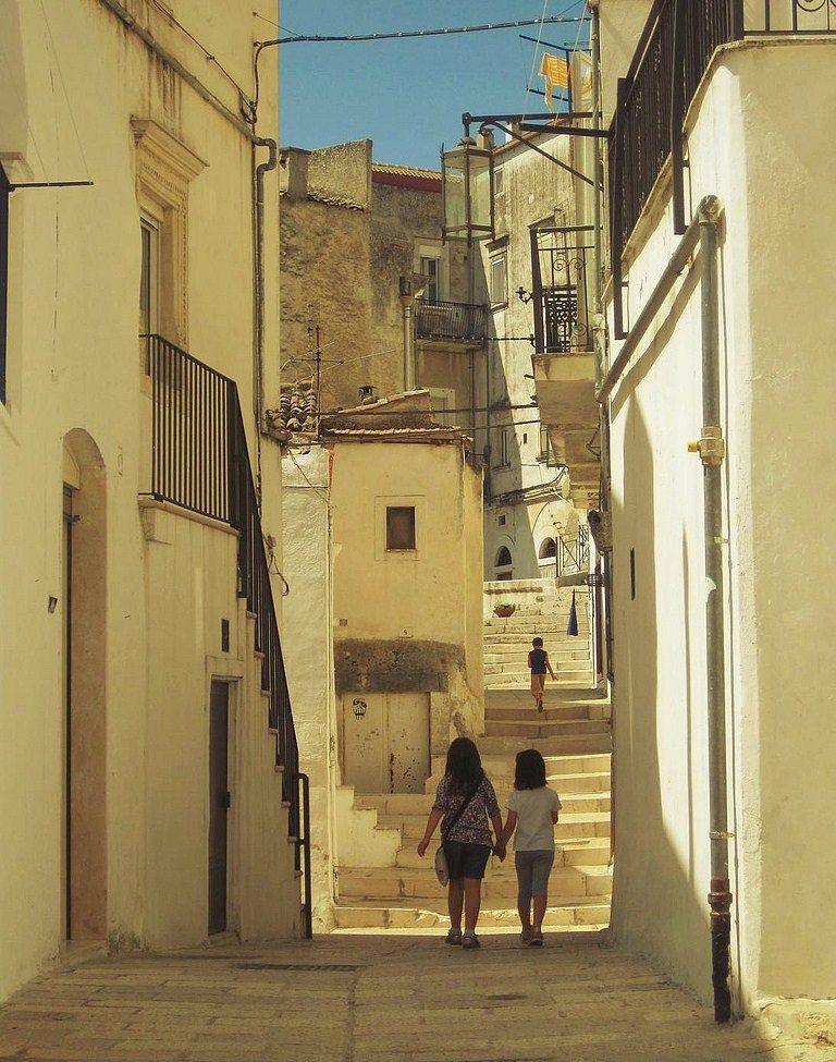 Puglia - Vicoli di Monte Sant'Angelo (Foggia) - Ph. Giorgio Cravero | CCBY2.0
