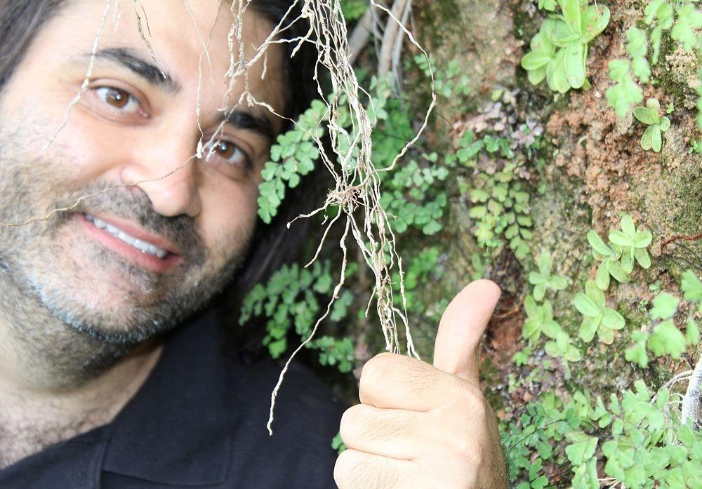 Domenico Saulle con le piantine di Pinguicula crystallina subsp. hirtiflora appena ritrovate a Rossano