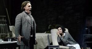 Nelle ore della tragedia reale, successo al Petruzzelli per la Parigi in bianco e nero de 'La Bohème' di Puccini