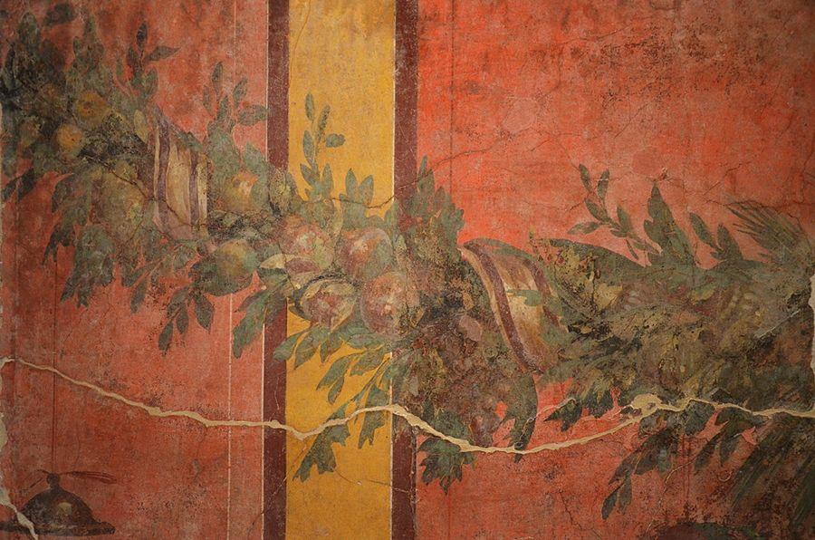 Part. di affresco con festone di foglie, frutti e nastri dalla Villa di Publio Fannio Sinistore, Musée de Picardie, Amiens - Ph. Carole Raddato | CCBY-SA