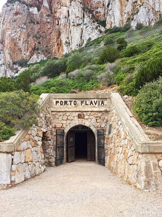 Ingresso al tunnel che porta al Porto Flavia - Ph. © courtesy Mara Catani