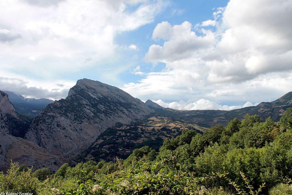 Calabria - Timpa San Lorenzo e a destra, sullo sfondo, Timpa Falconara, San Lorenzo Bellizzi (Cs), Parco Nazionale del Pollino - Ph. © Gianni Termine