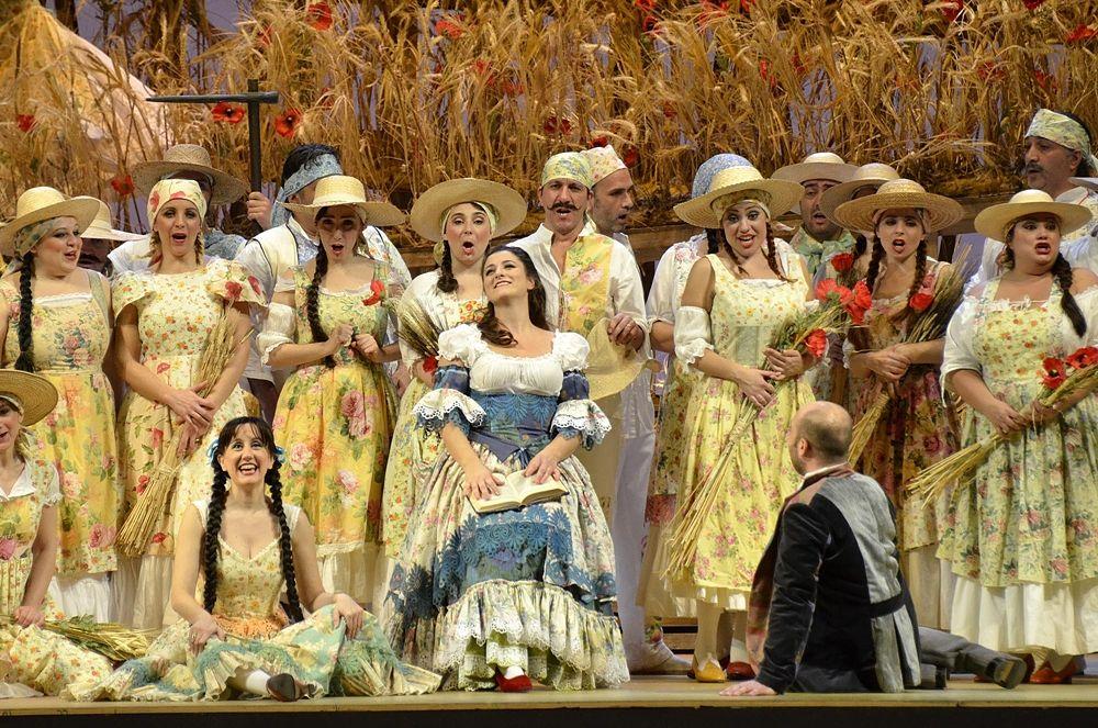Un momento de L'Elisir d'Amore di gaetano Donizetti, in scena al Teatro Petruzzelli di Bari - Ph. Carlo Cofano