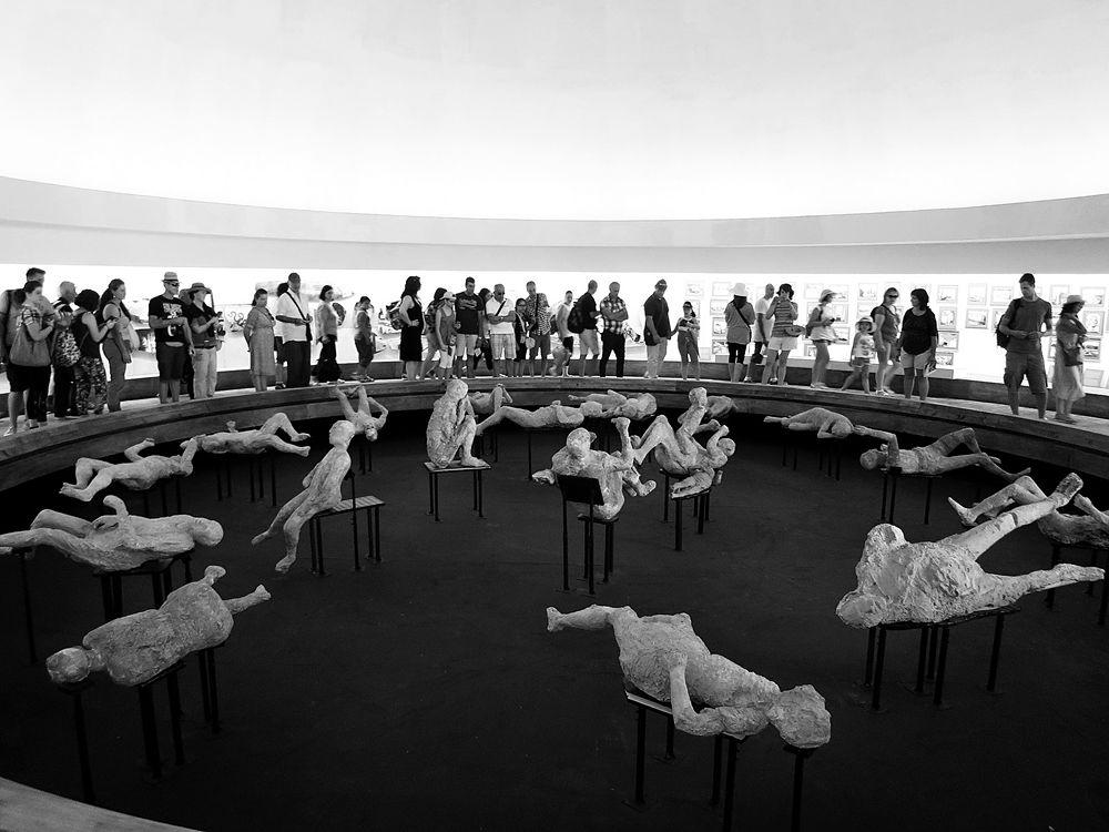 """L'esposizione dei calchi delle vittime dell'eruzione vesuviana del 79 d.C. nell'allestimento della mostra """"Rapiti alla morte"""", Anfiteatro di Pompei"""