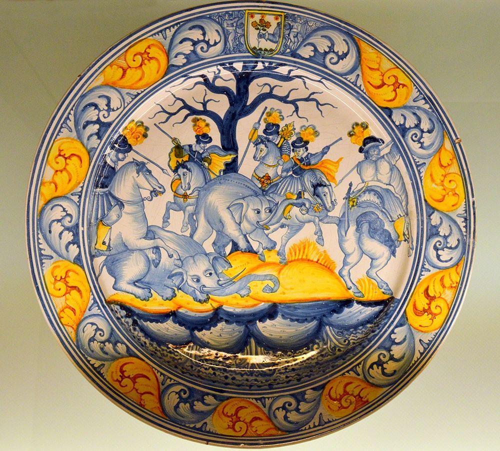 Piatto in maiolica con scena di caccia agli elefanti, manifattura di Laterza (Taranto), XVII sec., MUMA (Museo della Maiolica, Laterza)