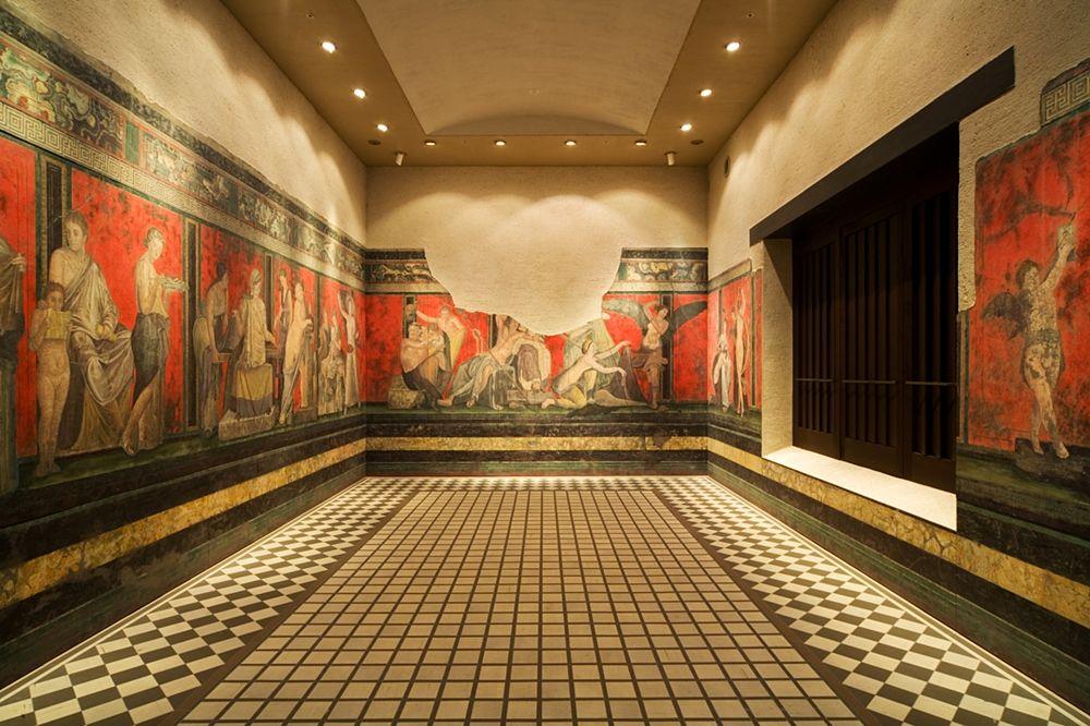 Gli affreschi della sala del triclinio di Villa dei Misteri, Pompei, nella riproduzione a grandezza naturale dell'Otsuko Museum of Art di Naruto (Giappone)