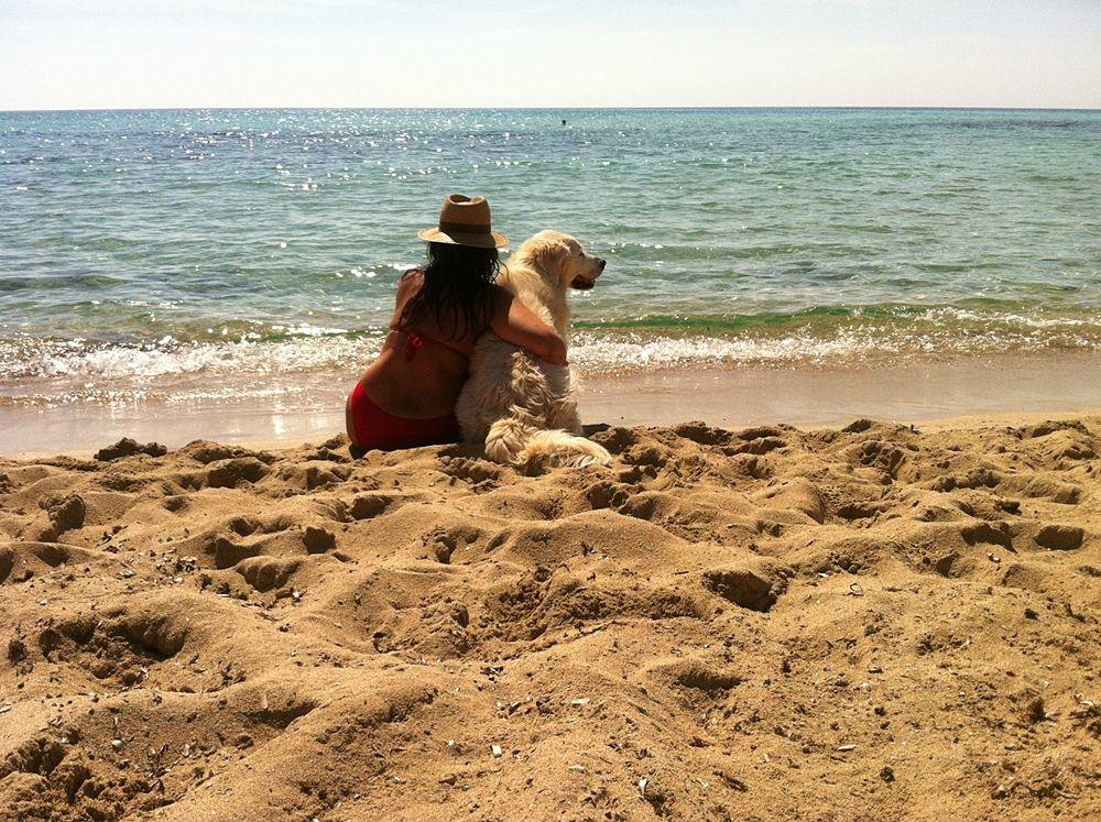 Rosalia, ideatrice e autrice del blog Citta Meridiane insieme ad Arturo, il suo amatissimo Golden Retriever, in riva al mare di Puglia