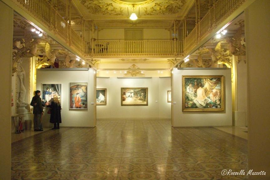 Puglia - Scorcio del Foyer del Teatro Petruzzelli, spazio espositivo della mostra 'La Poesia della Tavola' - Ph. © Rossella Mazzotta