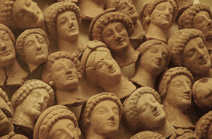 """Piccole teste femminili in terracotta provenienti dalla stipe votiva ritrovata in località Cofino, nell'area dell'antica Hipponion, VI-V sec. a.C., Museo Archeologico Statale """"Vito Capialbi"""",Vibo Valentia"""