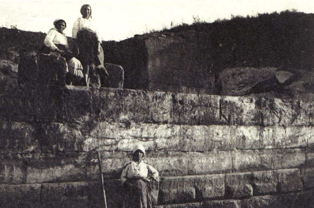 Tratto delle mura di Hipponion e donne di Vibo, 1910-20 - Ph. Rosario Carta