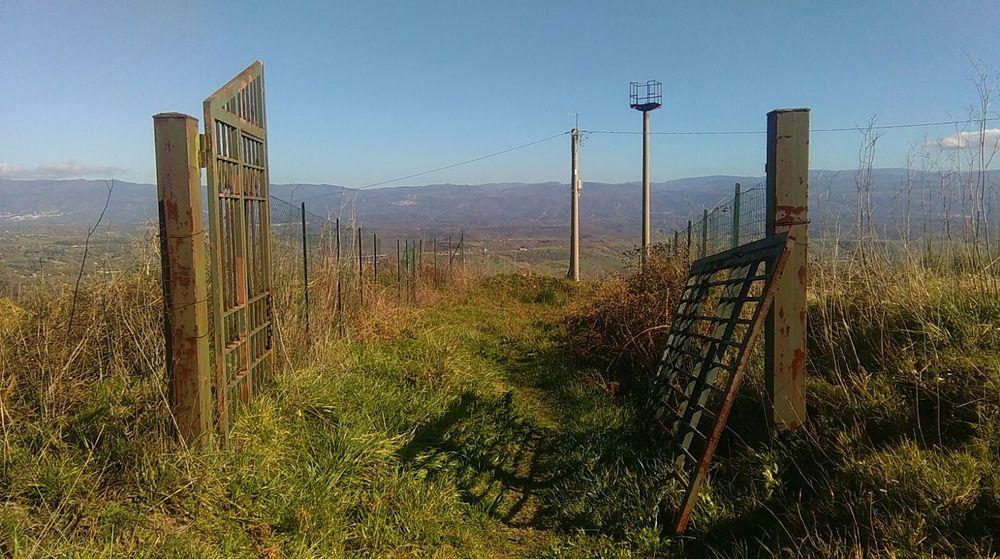 Calabria - Il cancello divelto dell'ingresso nord-est dell'area archeologica delle mura greche di Hipponion, Vibo Valentia