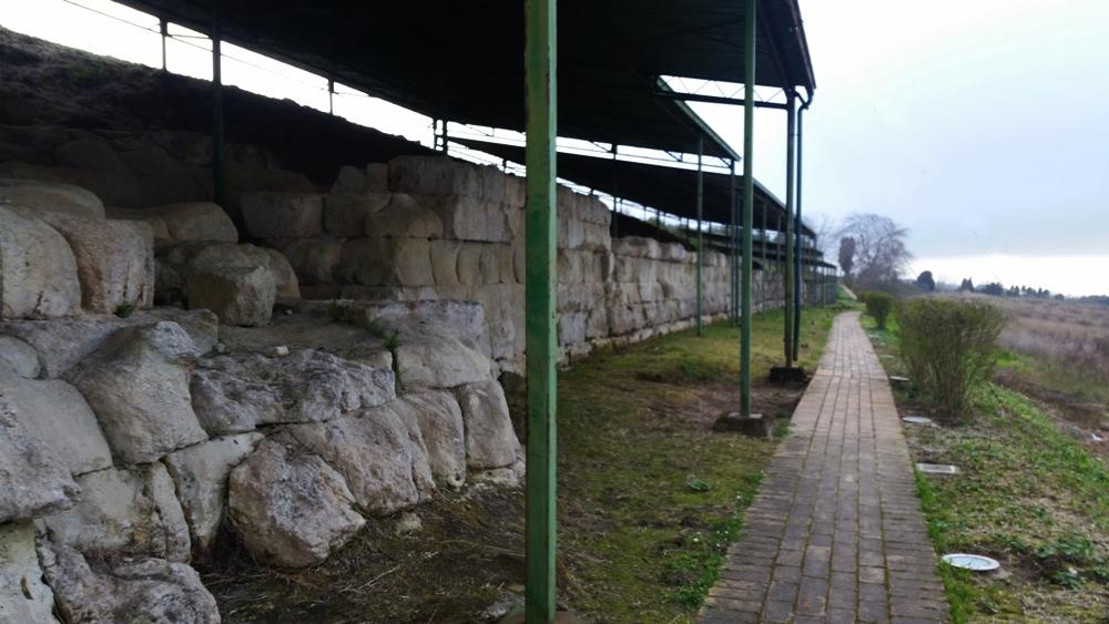 Tratto delle mura di Hipponion in blocchi di arenaria - Ph. Alessandra Scriva