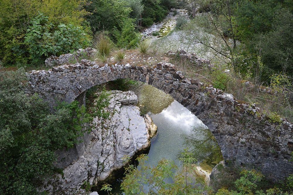 Antico ponte a dorso di mulo sul fiume Bussento - Ph. © Michele Natale