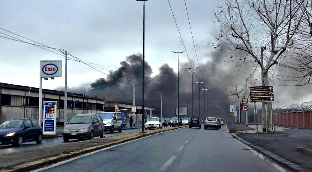 Rogo tossico di rifiuti nei pressi dell'Aeroporto di Napoli - Ph. Pagina FB La Terra dei Fuochi
