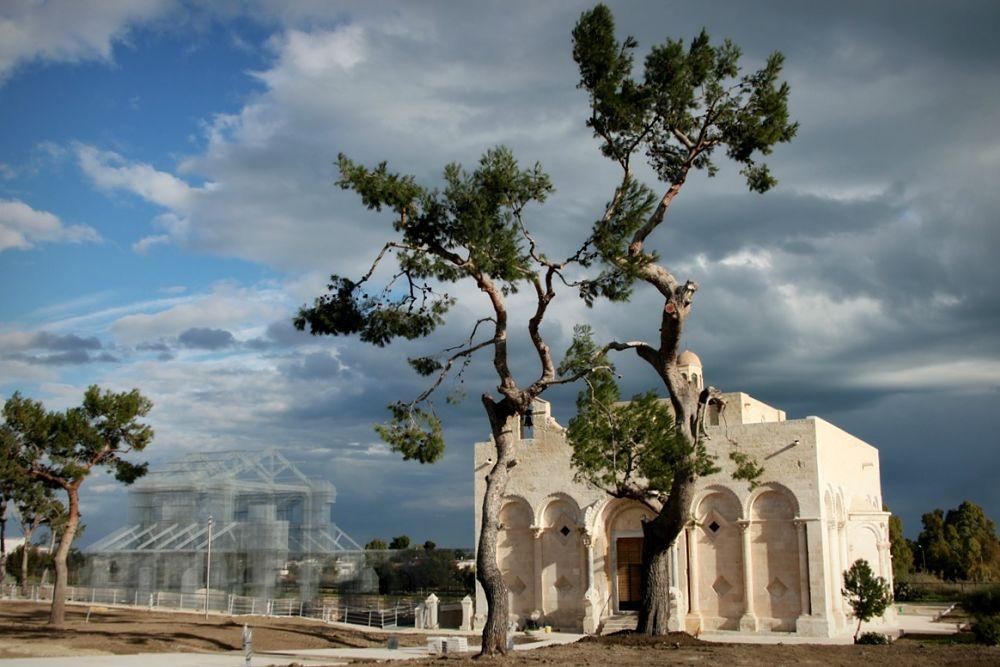 La Basilica di Edoardo Tresoldi e (a destra) lachiesa di Santa Maria Maggiore di Siponto - Ph. © Giacomo Pepe
