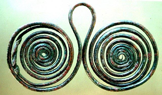 Pendente bronzeo enotrio a doppia spirale, da Timpone della Motta, VIII sec. a.C., Museo della Sibaritide