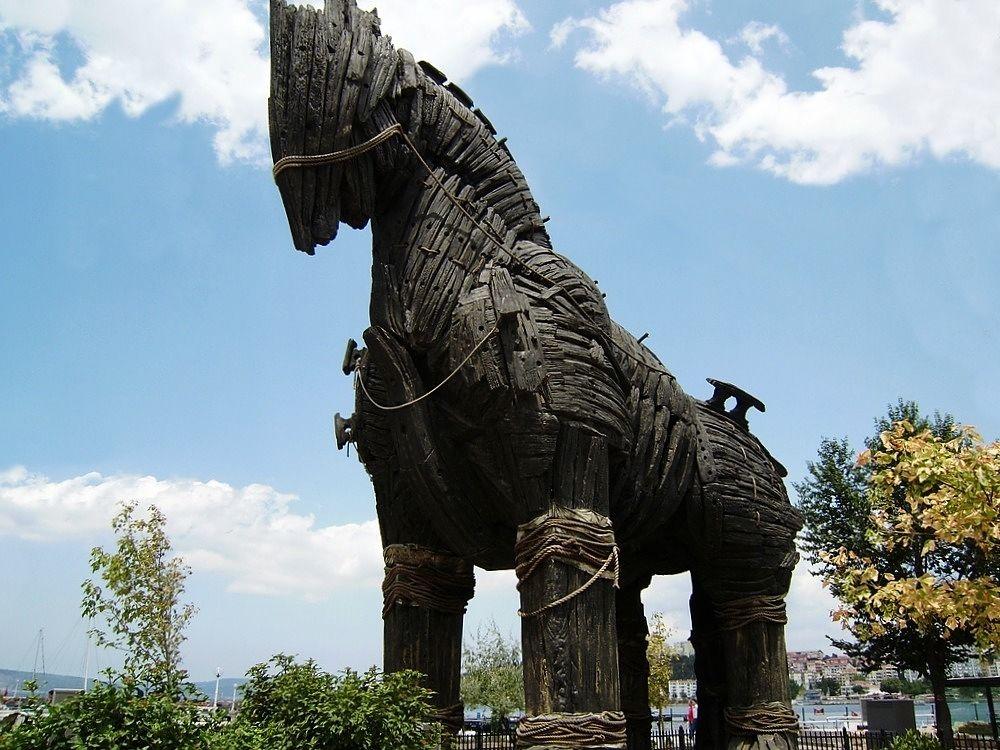 Il cavallo di Troia utilizzato nel film Troy  di Wolfgang Petersen (2004), a Çanakkale, a poca distanza dal sito archeologico di Troia, Turchia