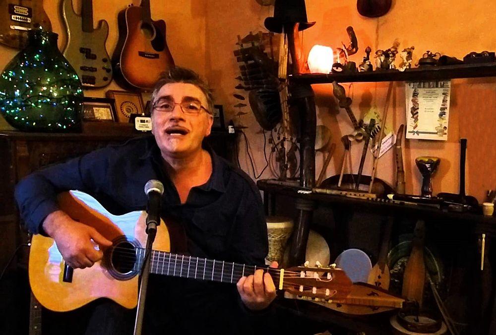 Fulvio Cama alla chitarra nel suo studio-laboratorio