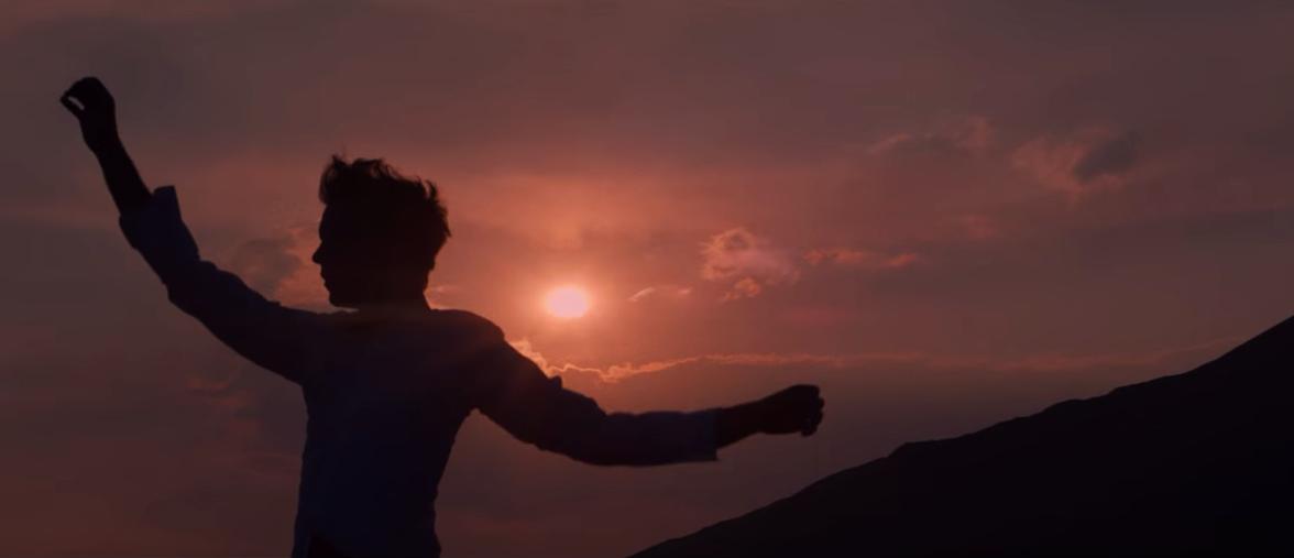 Mika sull'Etna al tramonto in un frame del video di Staring at the sun girato in Sicilia
