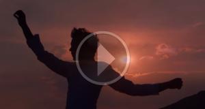 """MIKA stregato dalla bellezza della Sicilia, sfolgorante set del video di 'Staring at the sun"""""""