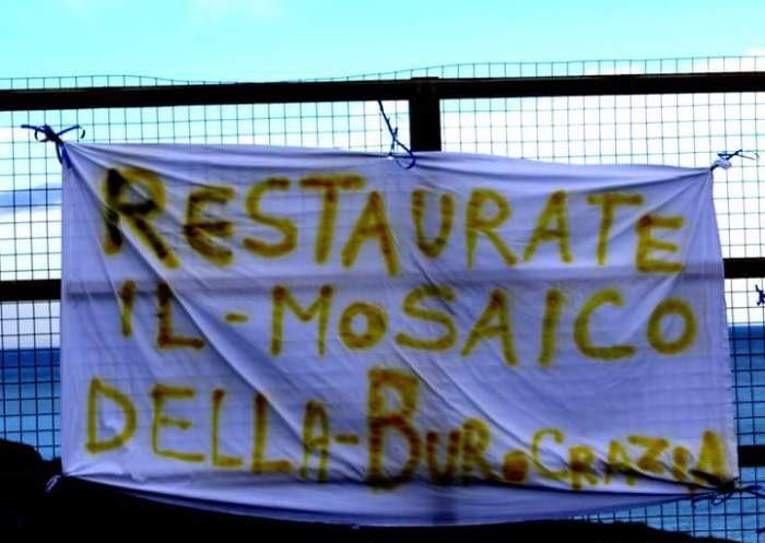 Striscione di protesta a Monasterace (Reggio Calabria)