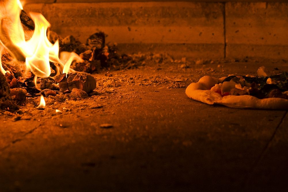 Cottura della pizza nel forno a legna