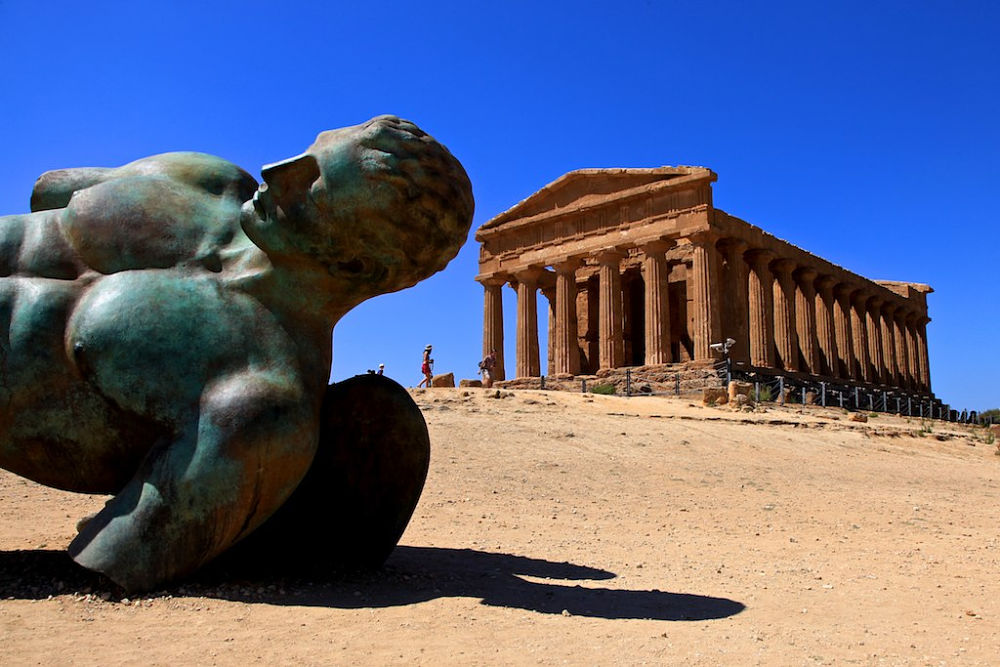 Sicilia - Tempio della Concordia, V° sec. a.C., Valle dei Templi, Agrigento. In primo piano scultura in bronzo di Igor Mitoraj - Ph. Francesca Cappa | CCBY2.0