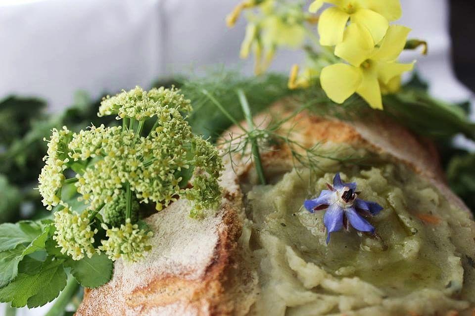 Polenta di Erakle con erbe aromatiche e fiori di borraggine dalla collina orientale di Akragas - Ph. ArcheoCuisine