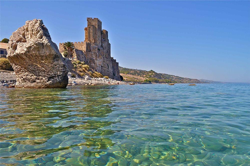 Calabria - Scorcio del mare di Roseto Capo Spulico: sullo sfondo il castello federiciano Castrum Petrae Roseti - Ph. © Stefano Contin