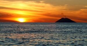 Racconta il tuo SUD | Stromboli: una visione mistica dalla costa calabrese. Scatto di Giancarlo Scolari