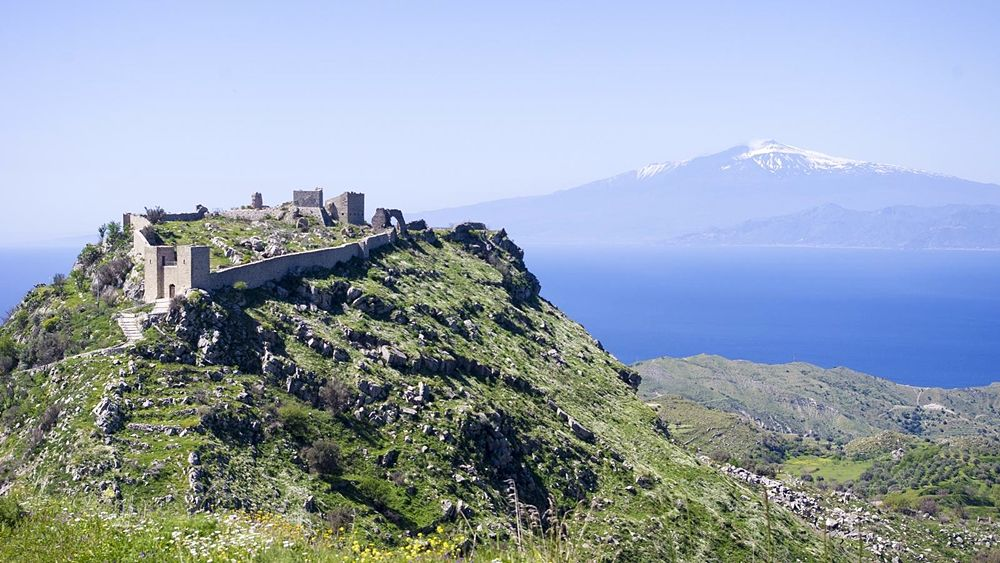 Il Castello di Sant'Aniceto, a Motta S. Giovanni. Sullo sfondo lo Stretto di Messina e la sagoma dell'Etna innevato - Ph. © Vince Gelso