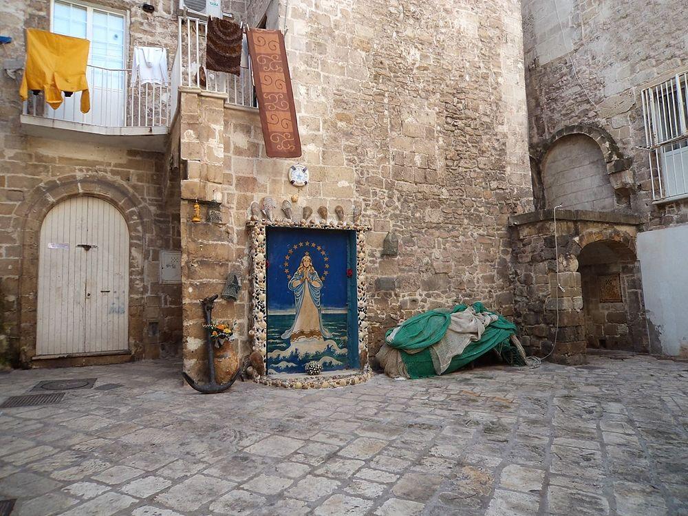 Una delle caratteristiche corti del centro storico di Taranto