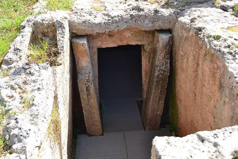 Entrata della Tomba del Melograno, IV-III sec. a.C., Egazia - Ph. © Michele Natale