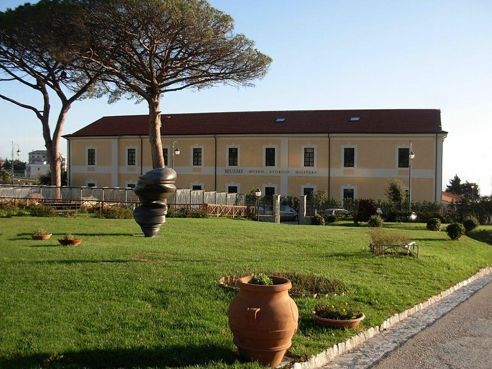 Calabria - Cast Glances, opera di Tony Cragg. Sullo sfondo l'edificio del Museo Storico Militare, Parco della Biodiversità Mediterranea, Catanzaro