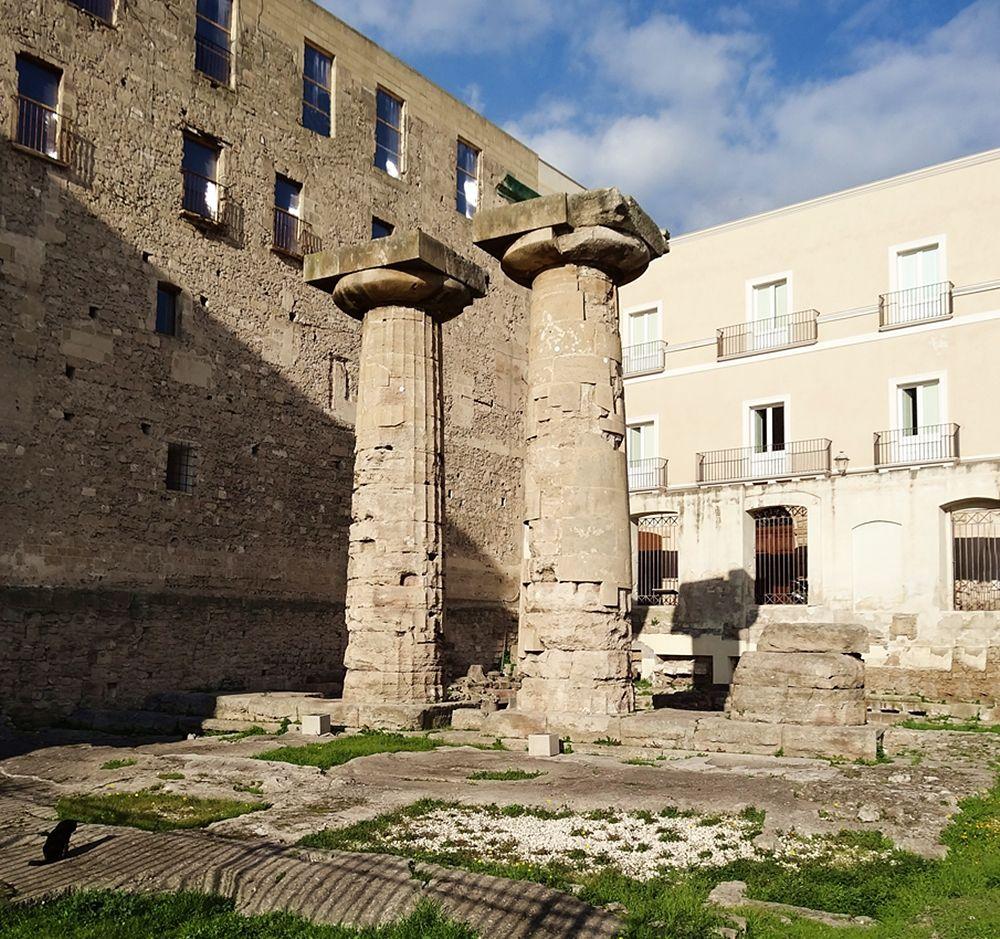 Le colonne doriche superstiti del Tempio greco di Poseidone, VI sec a.C., Taranto -  Ph. LivioAndronico2013 | CCBY-SA3.0
