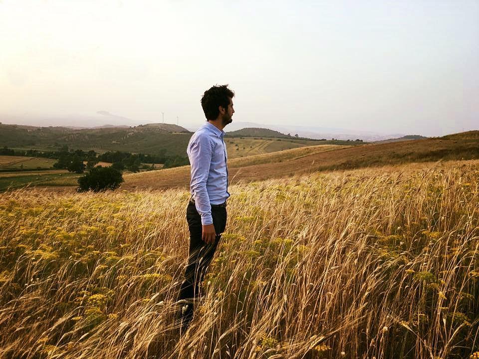 Stefano Caccavari nel suo campo di grano antico, a San Floro (Cz)
