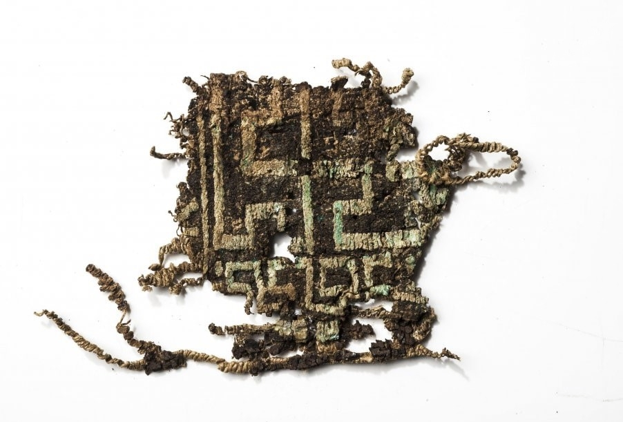 Frammento del ricamo ritrovato nell'area archeologica di Herdonia, Ordona (Foggia) - Fonte: Mibact
