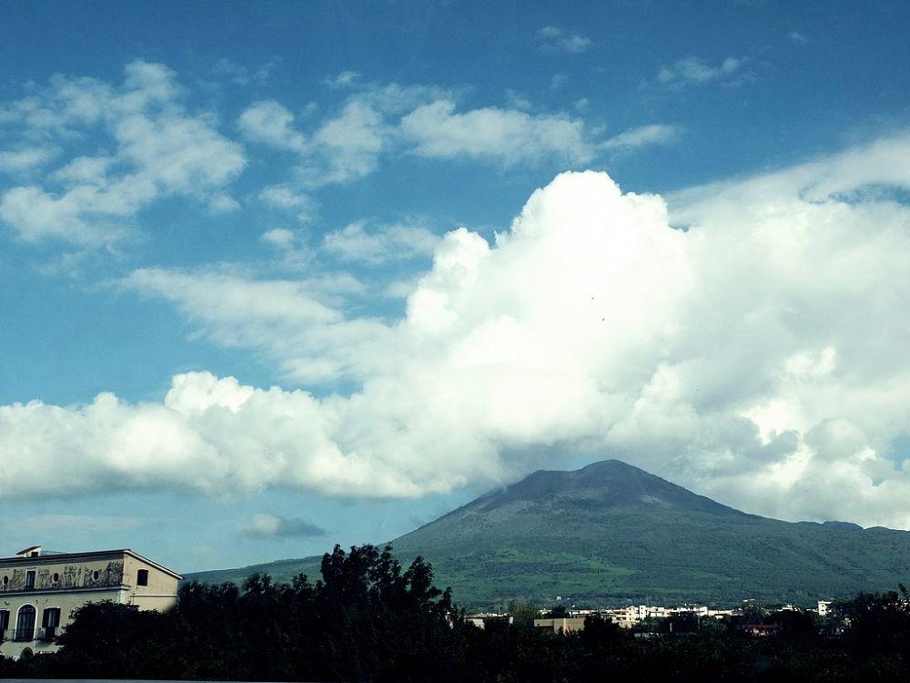 Il Vesuvio visto da Torre del Greco (Napoli) - Ph. Carlo Mirante   CCBY2.0